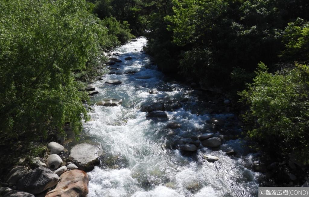 渓谷地形の上流から下流を眺める