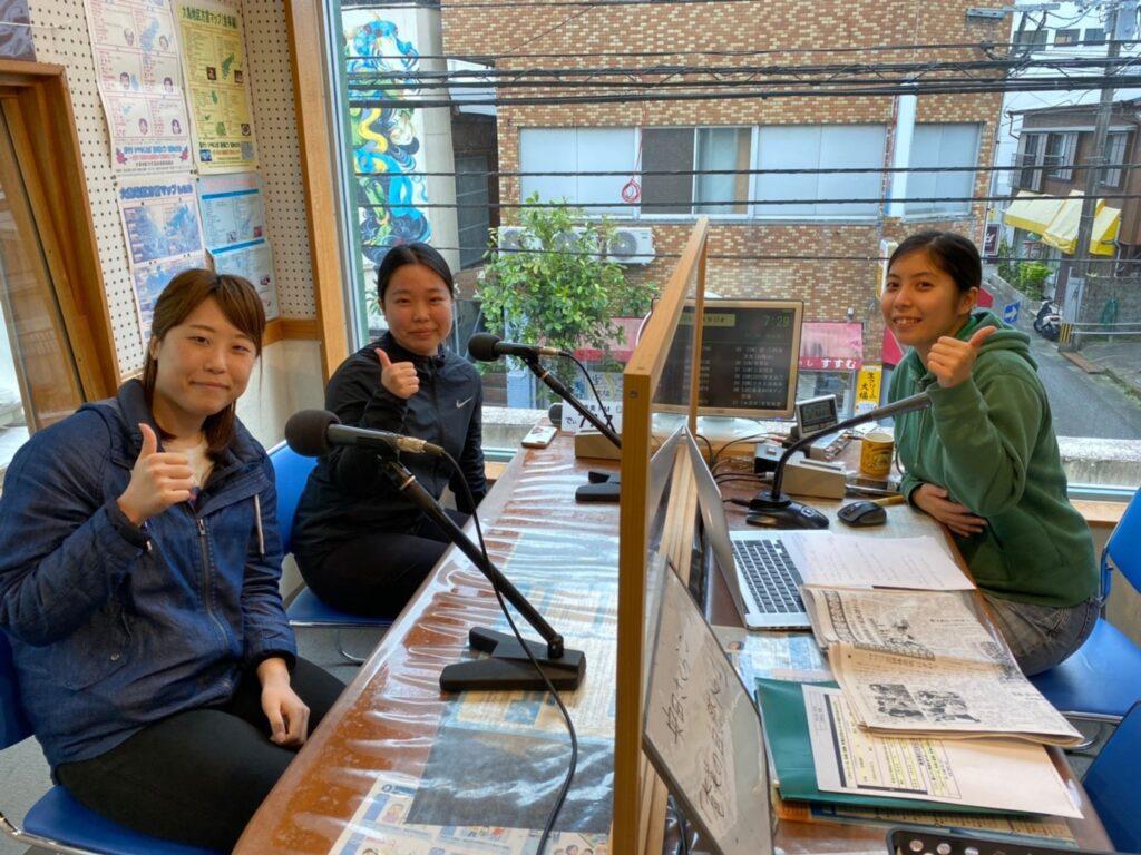 3人の女性がラジオ出演